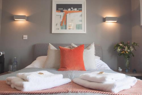 A bed or beds in a room at St Elmo Cottage