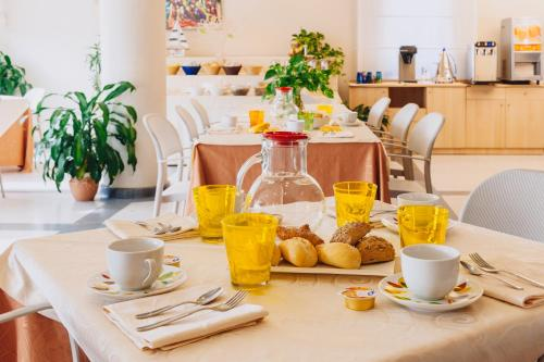 Breakfast options available to guests at Hotel Le Roi