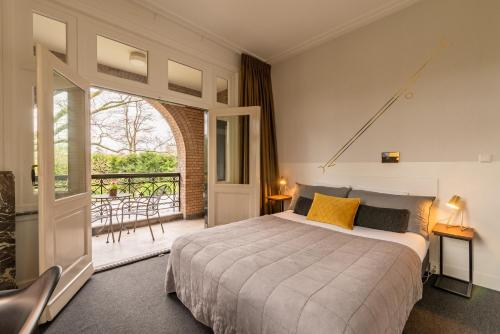A bed or beds in a room at Boutique Hotel Het Scheepshuys
