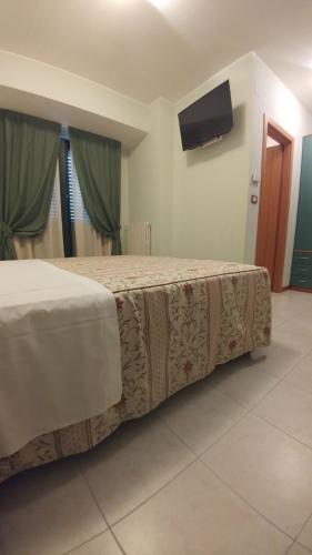 A bed or beds in a room at Hotel La Perla