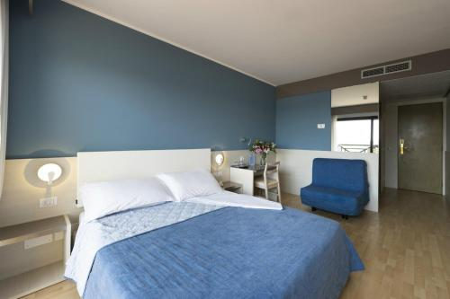 A bed or beds in a room at Hotel Marina Uno