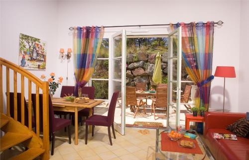 A restaurant or other place to eat at Madame Vacances les Mas de Saint Hilaire