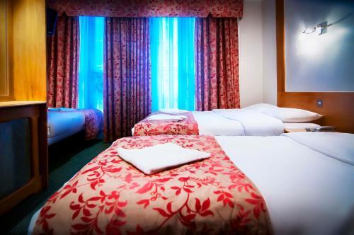 Un pat sau paturi într-o cameră la Westbury Hotel Kensington
