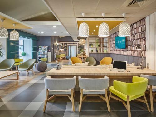 The lounge or bar area at Campanile Poitiers - Site du Futuroscope