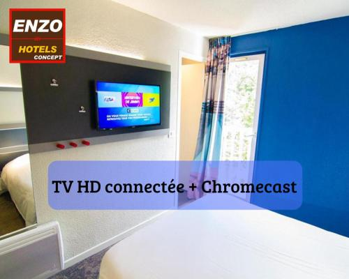 A television and/or entertainment centre at Enzo Hôtels - Trappes