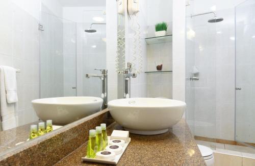 A bathroom at Girasoles Hotel