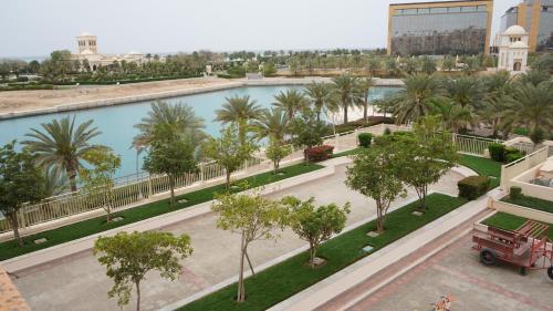Uma vista da piscina em marina two apartment 201 with direct sea view ou nos arredores