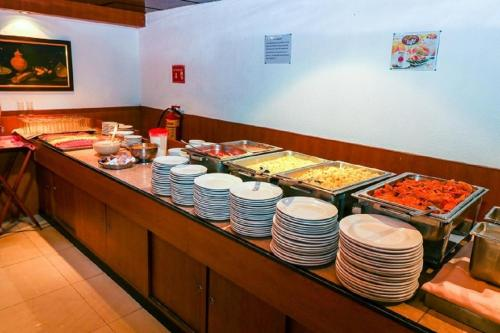 A restaurant or other place to eat at Corinto Hotel