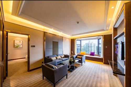A seating area at Millennium Harbourview Hotel Xiamen