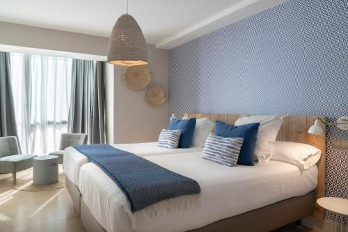 A bed or beds in a room at Vincci Puertochico