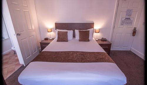 A bed or beds in a room at The Waverley Hotel