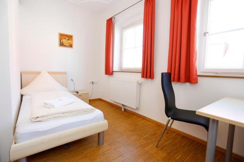 A bed or beds in a room at Altstadtpension Waltner