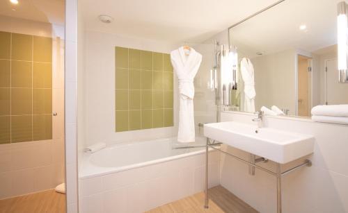 A bathroom at Hôtel Mercure Toulon La Seyne-Sur-Mer