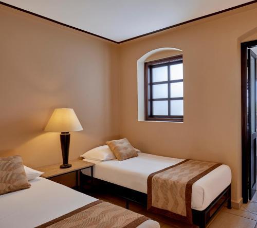 Een bed of bedden in een kamer bij Jaz Lamaya Resort