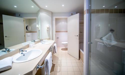 A bathroom at Hotel Aazaert by WP Hotels