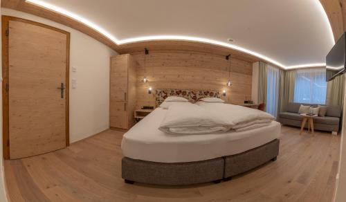 A bed or beds in a room at Hotel Garni Glockenstuhl