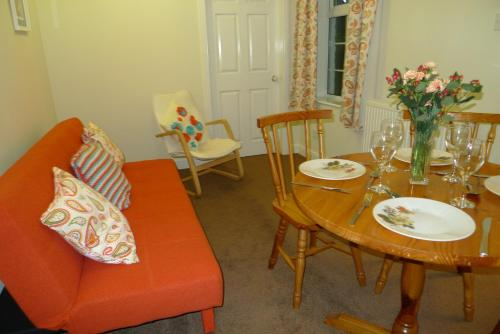 A seating area at Courtyard Cottage