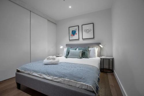 A bed or beds in a room at Fantastic 2 Beds APT in Boxhill W Great Location