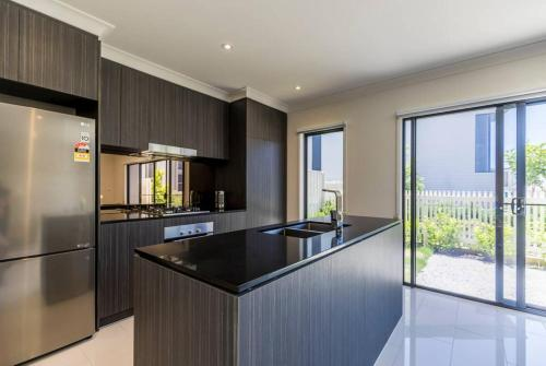 A kitchen or kitchenette at Homeplus-Escape to Modern Home in Hope Island