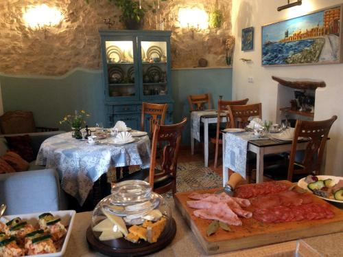 A restaurant or other place to eat at Los Cuatro Vientos B&B