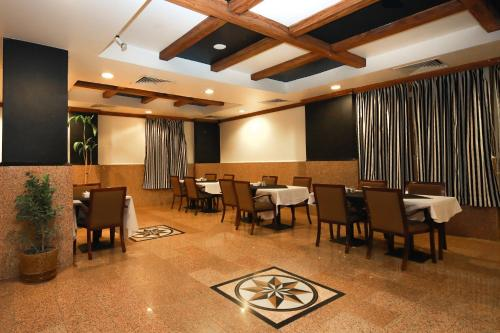 A restaurant or other place to eat at La Villa Hotel