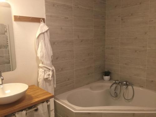 A bathroom at B&B La Laiterie de Fontpatour