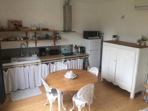 A kitchen or kitchenette at B&B La Laiterie de Fontpatour