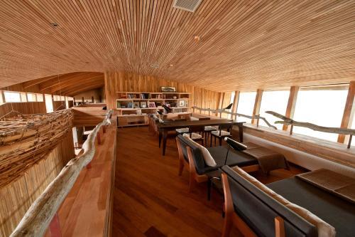 Un restaurante o sitio para comer en Tierra Patagonia Hotel & Spa