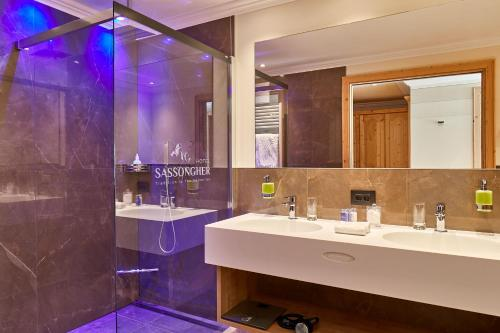A bathroom at Hotel Sassongher