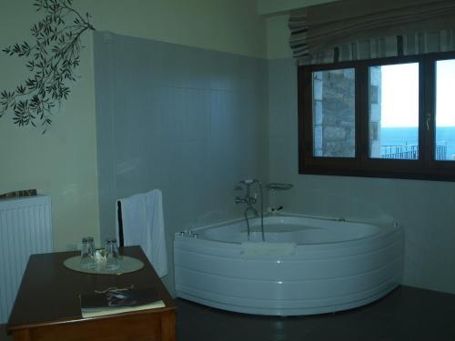 Ένα μπάνιο στο Porto Mani Suites