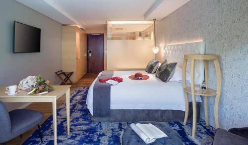 Een bed of bedden in een kamer bij Vineyard Hotel