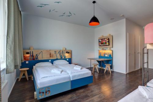 Säng eller sängar i ett rum på MEININGER Hotel Hamburg City Center