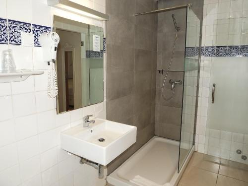 A bathroom at Hotel Mar Azul