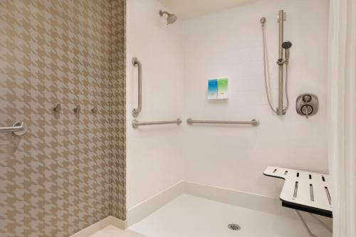 A bathroom at Home2 Suites By Hilton Chicago River North