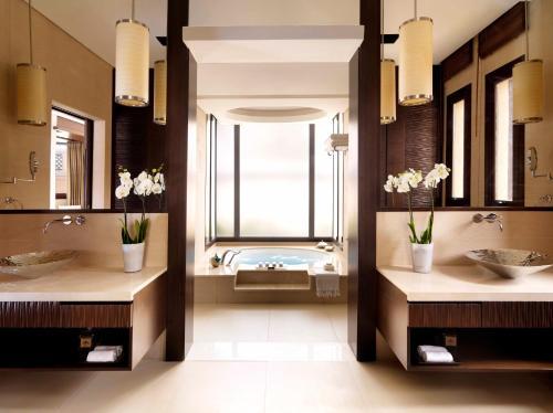حمام في منتجع وسبا نخلة دبي بإدارة أنانتارا