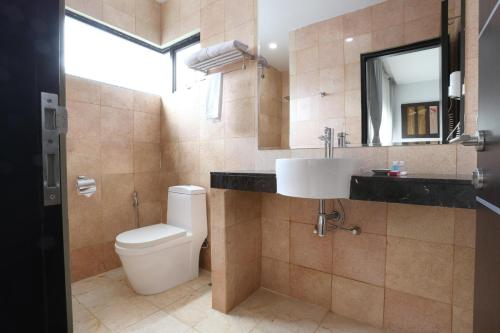 A bathroom at The Centro Hotel & Residence By Orchardz