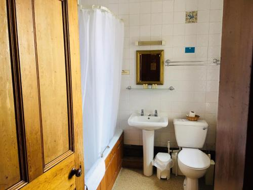 A bathroom at Purbeck House Hotel & Louisa Lodge