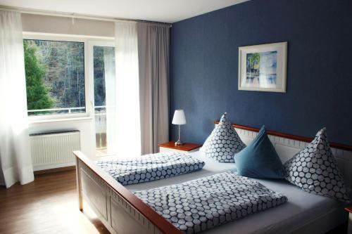 A bed or beds in a room at Auszeit am Eifelsteig