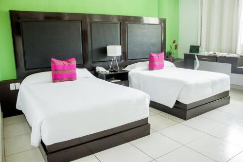 A bed or beds in a room at Chiapas Hotel Express