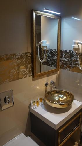 A bathroom at Hotel Best Night 2