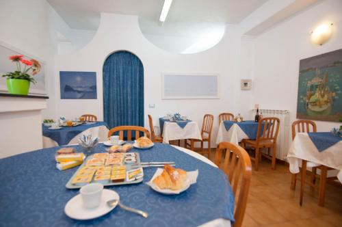A restaurant or other place to eat at Albergo Macrì