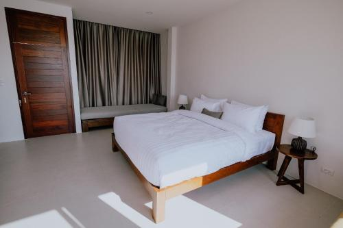 A bed or beds in a room at Ploen Pirom
