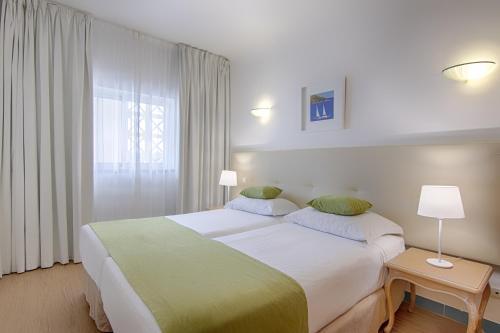 Een bed of bedden in een kamer bij Luna Miramar Club