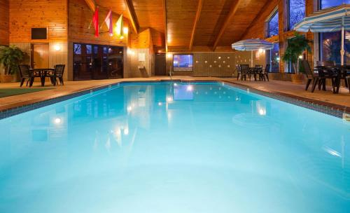 The swimming pool at or near Cobblestone Hotel & Suites - Ladysmith
