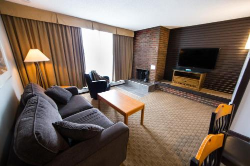 A seating area at Jasper Inn & Suites