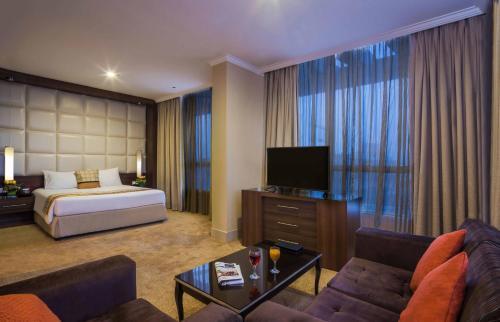 Uma TV ou centro de entretenimento em Gloria Inn Riyadh