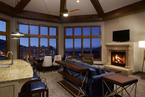 A seating area at Sunrise Lodge, a Hilton Grand Vacations Club