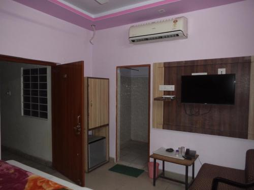 A television and/or entertainment centre at Budget Accommodation Near Station Road