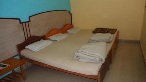 A bed or beds in a room at Hotel Chandra Lokk