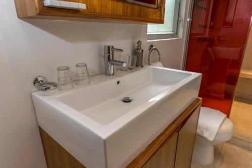 A bathroom at Homy Residence